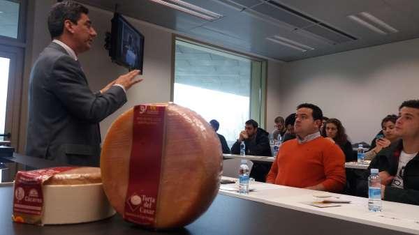 Alumnos de la Basque Culinary Center de San Sebastián conocen las aplicaciones de la Torta del Casar en la gastronomía