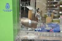 Sucesos.- Detenido por robar en comercios mediante la fractura de escaparates con una alcantarilla