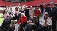 Personas mayores que participan en los Talleres de Reminiscencia de la Diputación visitan San Mamés