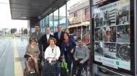 Lanzan una campaña en las paradas del tranvía sobre las barreras urbanas