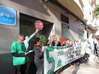 La PAH protagoniza una protesta en la puerta de la sede del PP de La Rioja