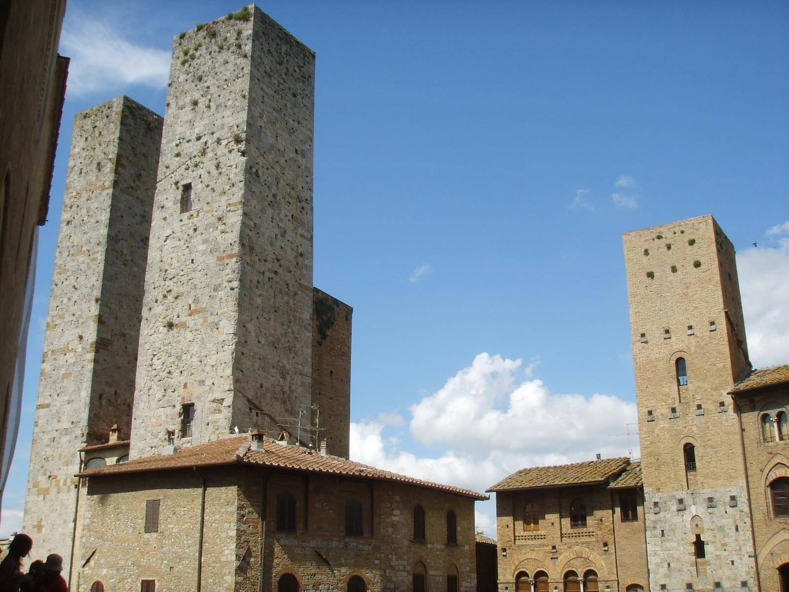San Gimignano es un pequeño pueblo amurallado de origen medieval, erigido en lo alto de las colinas de la Toscana, en Italia, se localiza a cerca de 35 minutos en coche al noroeste de la ciudad de Siena y cerca de la misma distancia al suroeste de la ciudad de Florencia. Este pueblo es muy famoso principalmente por su arquitectura medieval especialmente sus torres. El «centro histórico de San Gimignano» ha sido declarado Patrimonio de la Humanidad por la Unesco en el año 1990, con número de identificación 550.