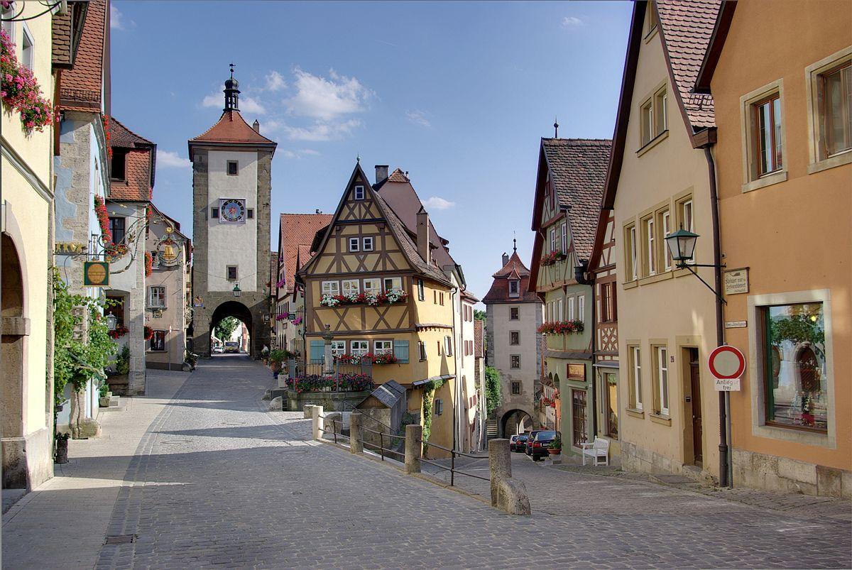 Rothenburg ob der Tauber es una ciudad del distrito de Ansbach en el Estado federado de Baviera, Alemania. Hasta el año de 1803 fue una Ciudad Imperial Libre y hoy en día es una atracción turística de fama mundial por su bien conservado centro medieval.