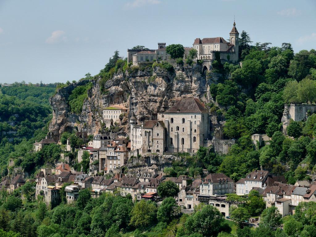 Rocamador o Rocamadour (en occitano Ròc Amador) es una localidad y comuna francesa situada en el departamento de Lot, en la región de Mediodía-Pirineos.  Se encuentra al este de la ciudad de Burdeos y al norte de la ciudad de Montauban. Forma parte de un valle abierto en la montaña calcárea del Causse por el río Alzou.