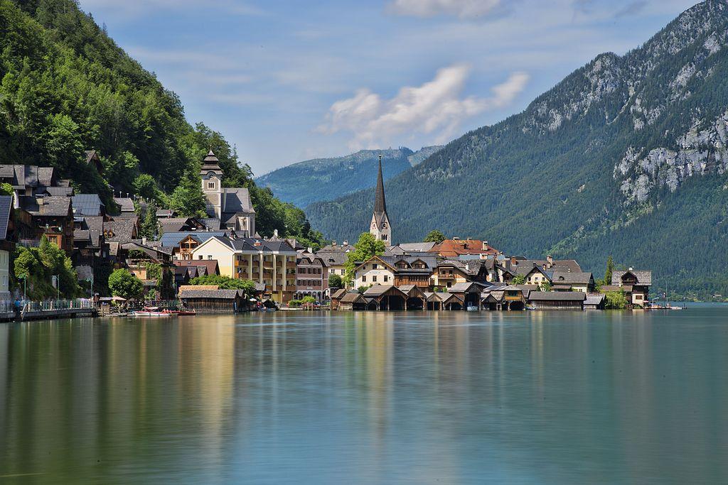 Hallstatt /ˈhalʃtat/ (Alta Austria) es una localidad del distrito montañoso de Salzkammergut, en Austria. Está localizada junto al lago Hallstatt. Etimológicamente el nombre de Hall probablemente proviene del término céltico con el que se denominaba a la sal, abundante en las minas cercanas. La localidad da su nombre a la cultura de la edad de Hierro denominada Cultura de Hallstatt. En 1997, el paisaje cultural de Hallstatt-Dachstein fue declarado Patrimonio de la Humanidad por la Unesco.2