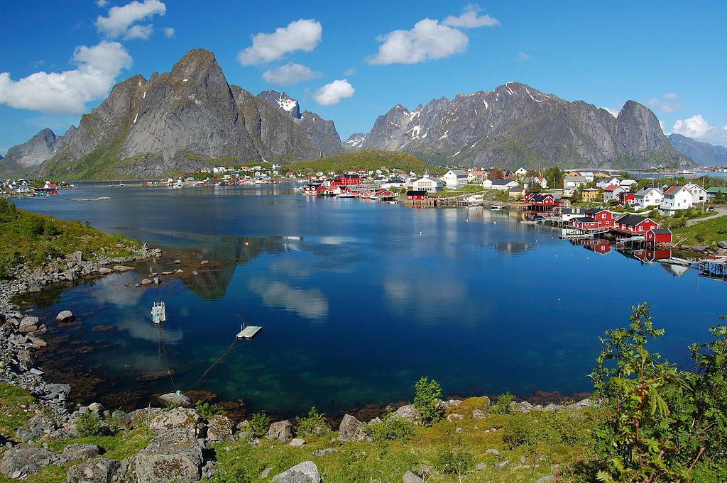 Reine es un pueblo de pescadores y es el centro administrativo del municipio de Moskenes, provincia de Nordland, Noruega. Está localizado en la isla de Moskenesøya en el archipiélago de Lofoten, por encima del círculo polar ártico, 300 km al suroeste de la ciudad de Tromsø. El pueblo tiene una población de 307 habitantes según el censo de 2013.