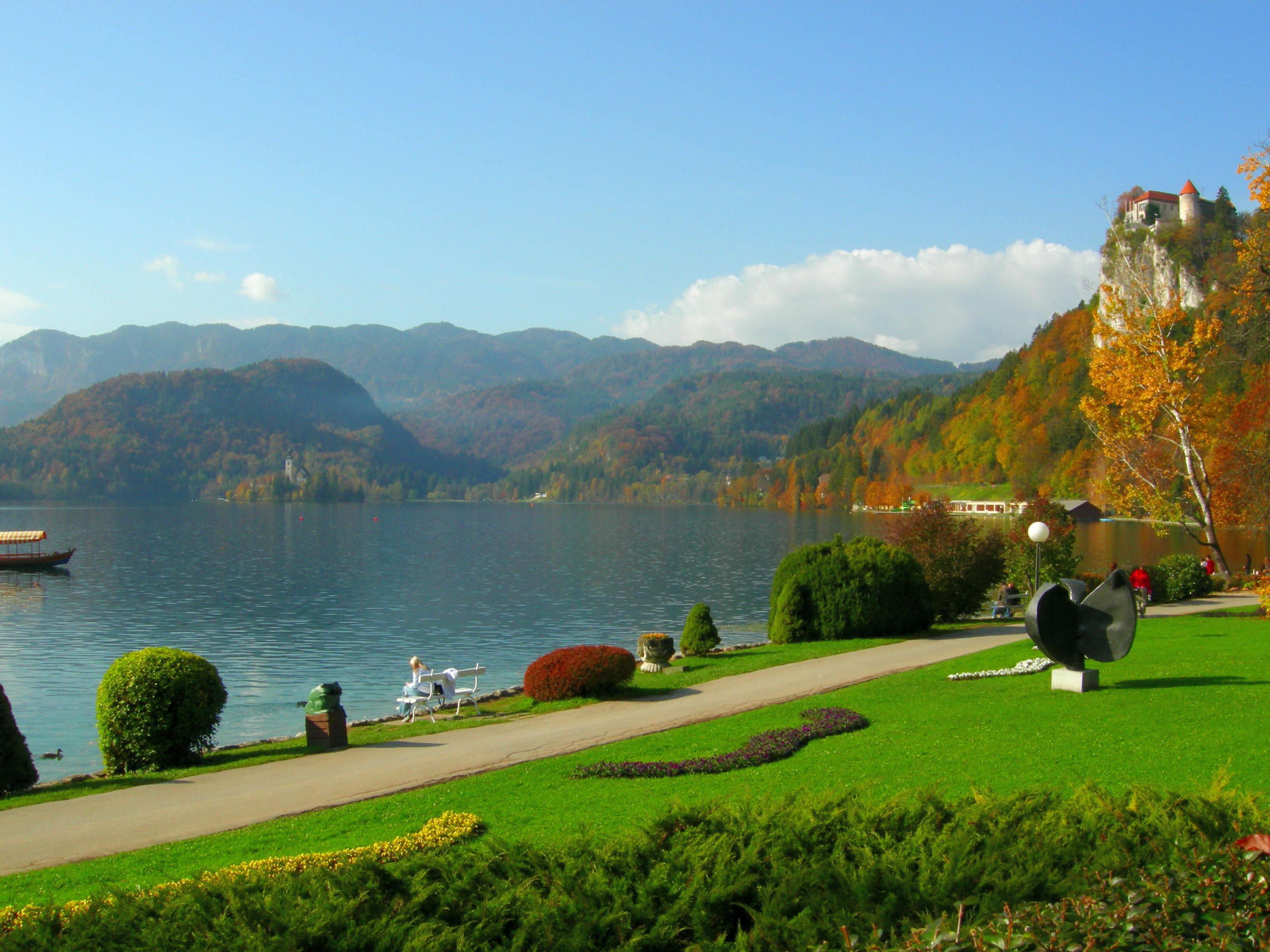 Bled es una población situada a orillas del lago Bled y ubicada en los Alpes Julianos en la zona noroccidental de Eslovenia. Se encuentra a pocos kilómetros al sur de la frontera con Austria y a unos 50 kilómetros al noroeste de la capital del país, Liubliana. Bled tiene 11.300 habitantes, según el censo de 2002, 5.164 en el pueblo mismo.