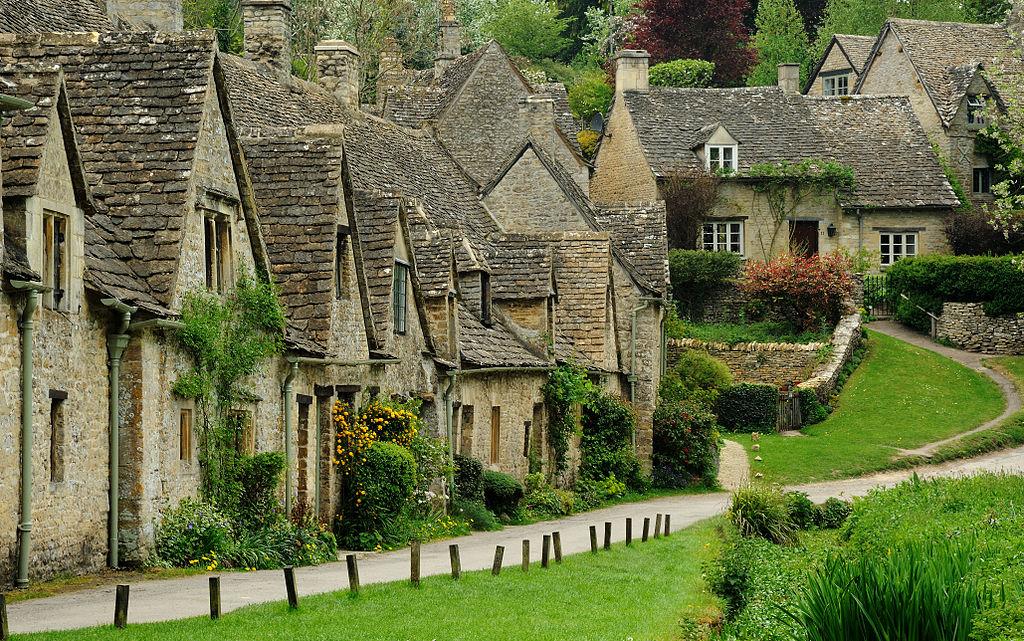 Bibury es un pueblo y una parroquia civil en Gloucestershire , Inglaterra. Está en ambas orillas del río Coln, que se eleva en el mismo distrito ( Cotswold ) y que es un afluente del Támesis . El pueblo se centra 6 1 / 2  millas (10 km) al noreste de Cirencester . Arlington Row es una zona de conservación arquitectónica notable a nivel nacional representada en la portada interior de todos los pasaportes del Reino Unido. Es un destino importante para los turistas que visitan los pueblos rurales tradicionales, casas de té y muchos edificios históricosdel distrito de Cotswold