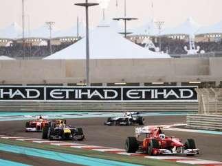 Fernando Alonso, seguido por Mark Webber