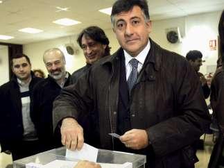 Joan Puigcercós vota en el barrio de Sants