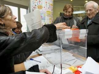 Una mujer centenaria vota