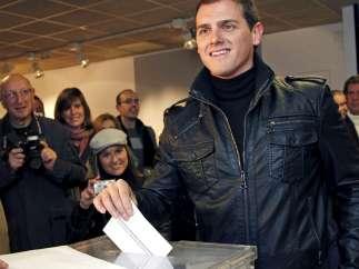 Abren los colegios en Cataluña y comienzan las votaciones