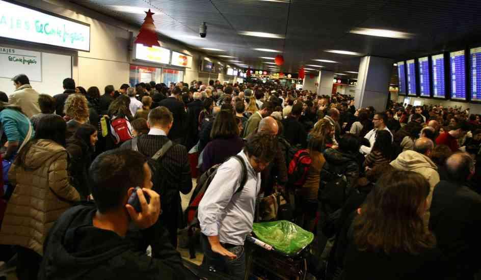 Caos en Barajas. Pasajeros afectados por la cancelación de todos los vuelos en Barajas. (FOTO: JORGE PARIS).