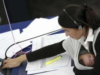 La maternidad ensancha, todavía más, la brecha salarial de las mujeres en España