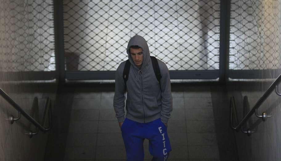 Huelga en Atenas. Un joven sube las escaleras de una estación de metro cerrada en Atenas. La ciudad ha quedado paralizada desde por una huelga de 24 horas iniciada por los trabajadores del transporte público.