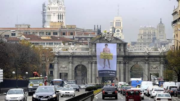 Pancarta de Greenpeace en la Puerta de Alcalá
