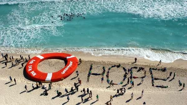 Mensaje de esperanza en una playa de Cancún