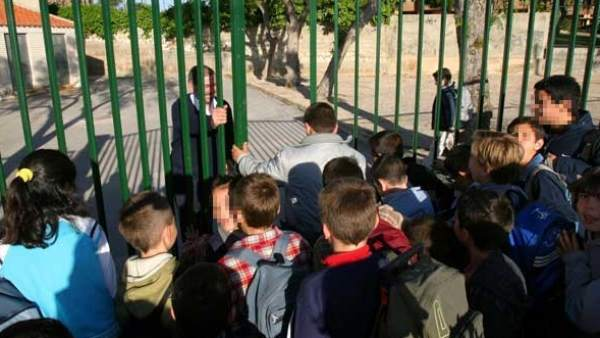 Varios niños en la entrada del colegio