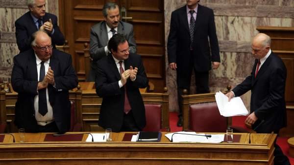 El presidente griego Papandréu, tras aprobar sus Presupuestos