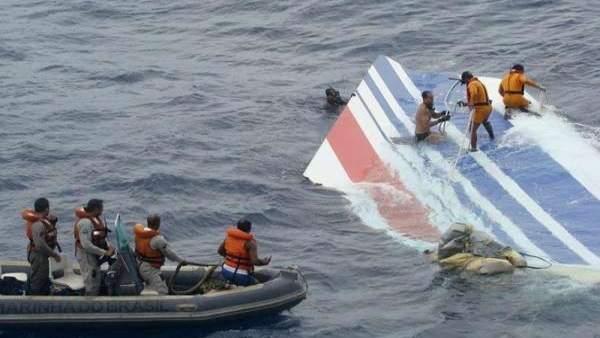 Operarios trabajan en el Atlántico