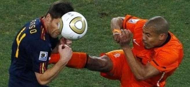 Xabi Alonso y De Jong en la Final del Mundial 2010