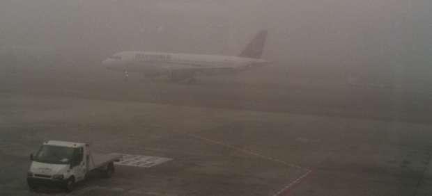 Un avi�n, entre la niebla