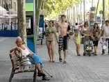Turistas en bañador pasean por las calles de Barcelona.