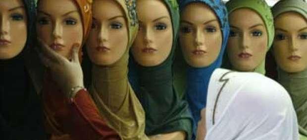 Una joven comprando un velo islámico