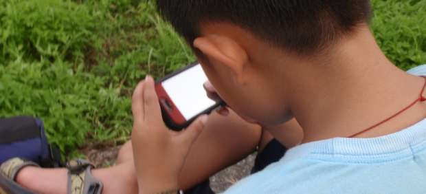 Los niños aprenden antes a usar un 'smartphone' que a atarse los cordones