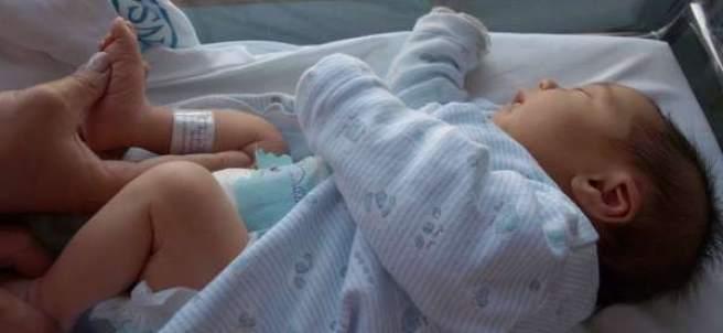 Un bebé en la cuna de un hospital