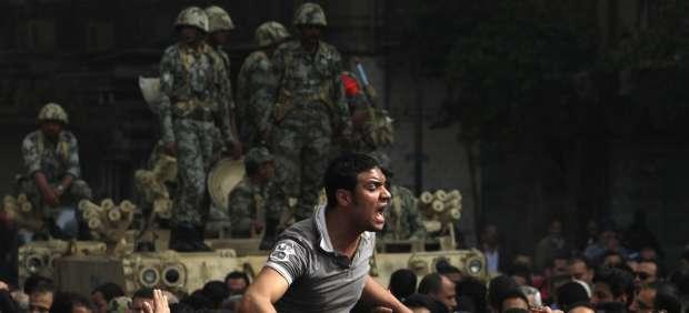 Militares y manifestantes