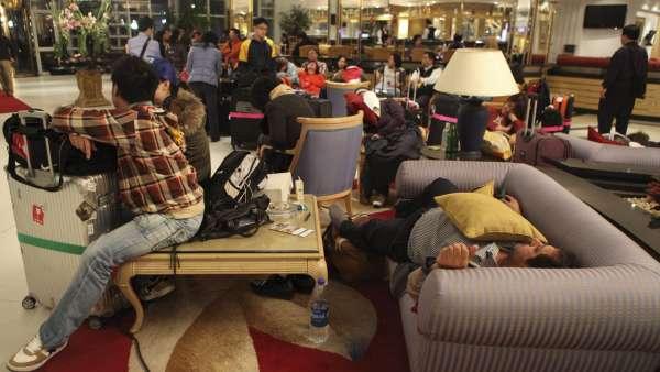Turistas descansando en el aeropuerto