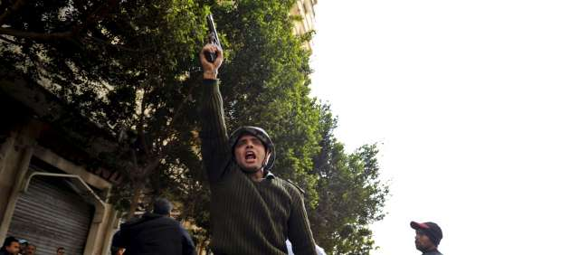 Un soldado egipcio dispara al aire en una manifestación. (Andre Lionh