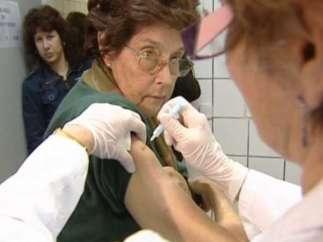 Una mujer vacunandose contra la gripe A.