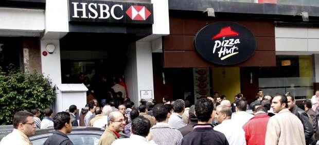 Los bancos abren al p�blico tras permanecer cerrados m�s de una semana para evitar m�s saqueos