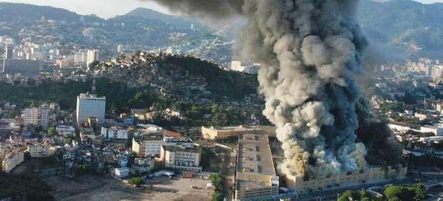 Un incendio destruye los almacenes de tres de las escuelas del Carnaval de Río