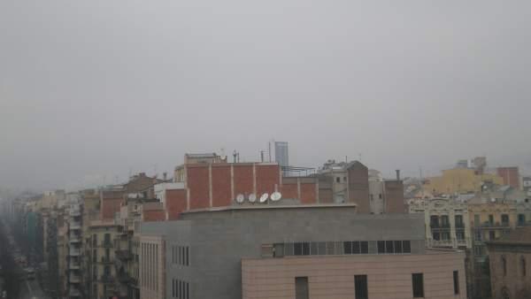La polución en Barcelona no deja ver las montañas.
