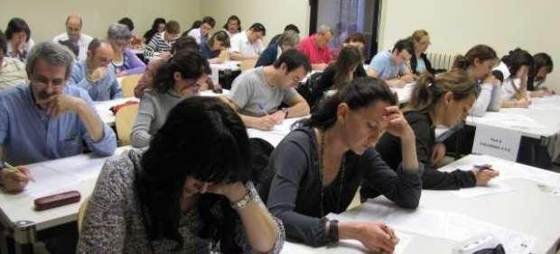 Haciendo un examen en un aula.