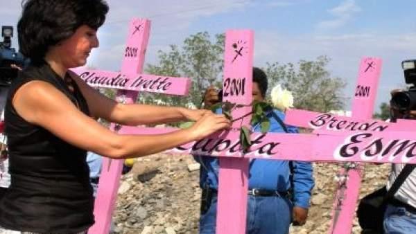 Cruces en recuerdo de las mujeres asesinadas en Ciudad Juárez