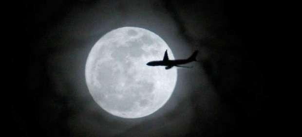 Avión sobre la Luna en Nueva York