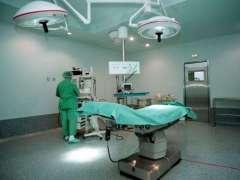 Personal sanitario en un quirófano.