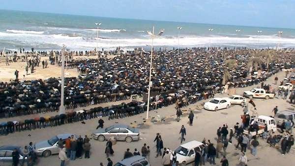 Rezo en la playa libia