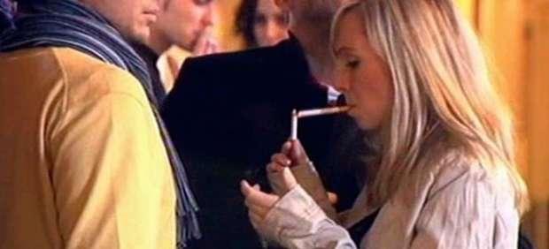 Una mujer fuma
