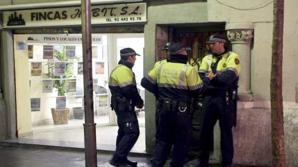 Agentes de la Guardia Urbana en la calle de la Cera de Barcelona.
