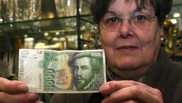 Mujer sosteniendo un billete de 1.000 pesetas