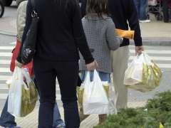 """La CNMC afea al Gobierno su decreto sobre bolsas de plástico porque beneficia """"de forma injustificada"""" a los comercios"""