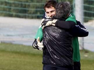 Abrazo entre Casillas y Mourinho