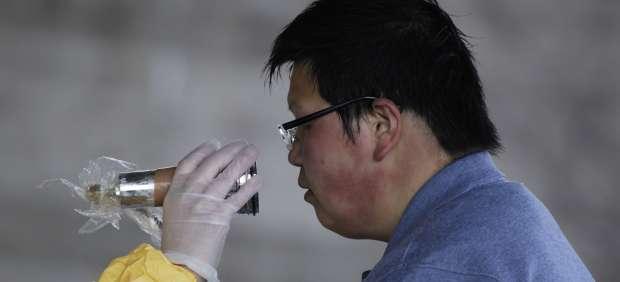 Un hombre es escaneado por si tiene niveles altos de radiación
