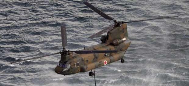 Lanzan agua desde helicópteros al reactro número 3 de Fukushima