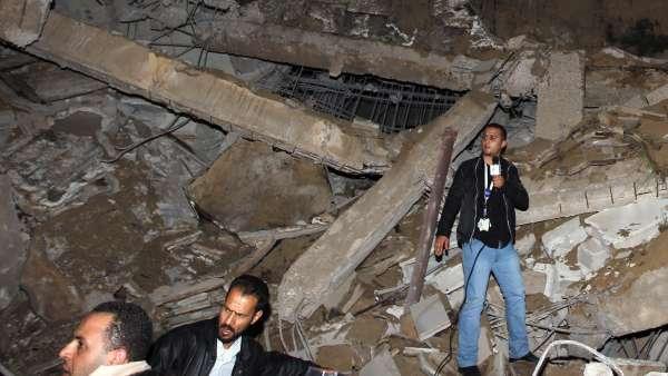 Un edificio administrativo de Gadafi, destruido